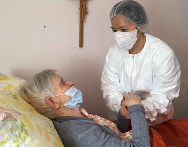During COVID-19 quarantine, Maryknoll Sister Ngoc Hà Pham, a nurse, visits Maryknoll Sister Margaret Kilduff, a senior sister at the Maryknoll Sisters center in New York. (Courtesy of Ngoc Hà Pham/U.S.)