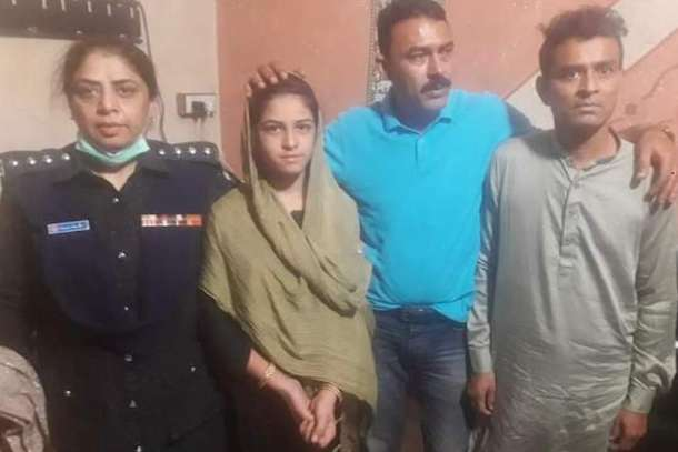 Subdivisional police officer Fehmida Abbasi (left) with Arzoo Raja, investigation officer Sharik Siddique and Ali Azhar (right) at a police station in Karachi on Nov. 2. (Photo supplied to UCA News)