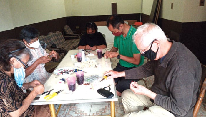 During the pandemic, members of Christian communities gathered with Father Masson and Seminarian Matthew Sim (green shirt) to make rosaries. (Rossy Bedoya/Bolivia)